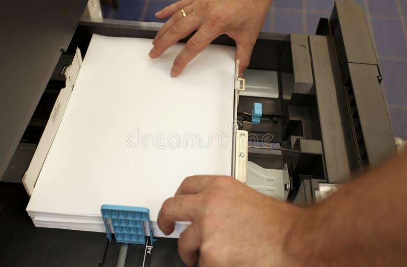Steckt ein Papier A4 in einen Laser-Kopierer ein stockfotografie