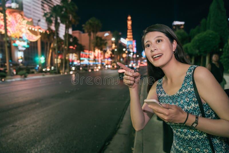 Stedelijk Aziatisch meisje die telefoon met behulp van die op straat lopen stock foto's