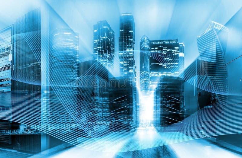 Stedelijk innovatie en informatietechnologie concept Dubbele blootstelling Abstracte blauwe digitale stad met machtslijnen en stock illustratie