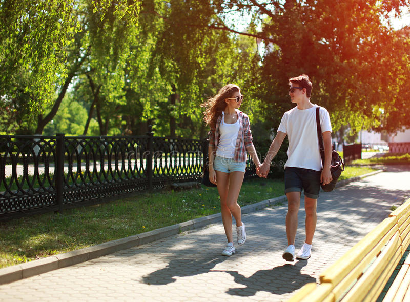 Stedelijk jong paar die in liefde in zonnige de zomerdag lopen, de jeugd royalty-vrije stock afbeeldingen