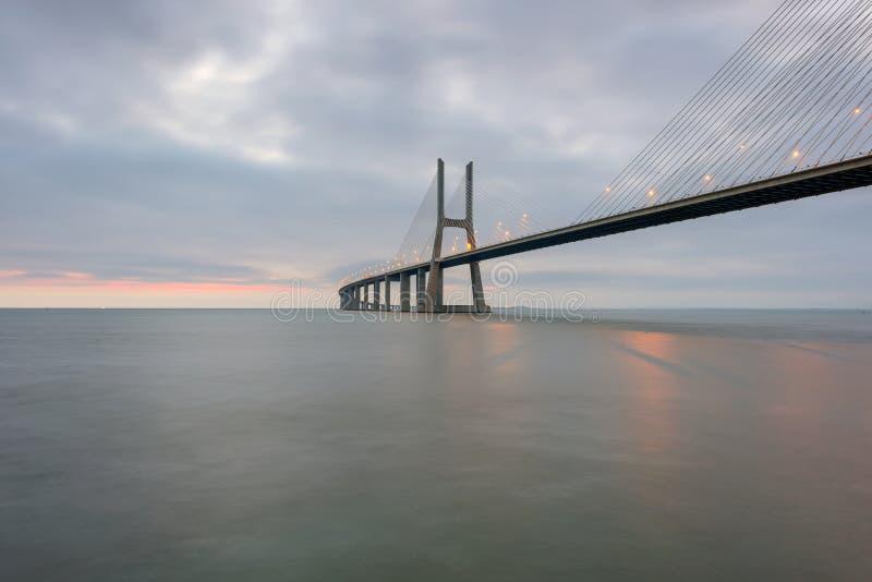 Stedelijk landschap bij zonsopgang Lissabon is een verbazende toeristenbestemming Vasco da Gama Bridge is een mooi oriëntatiepunt stock foto's