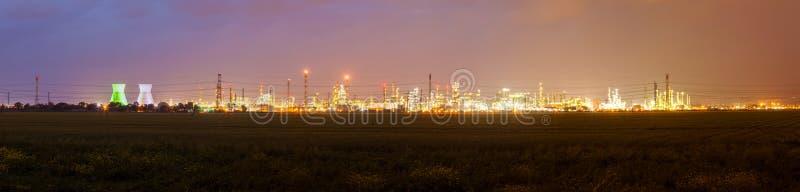 Stedelijk landschap met lichten van industriezone en elektrisch slepen royalty-vrije stock fotografie