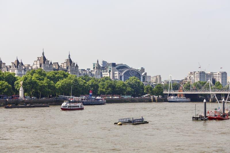 Stedelijk landschap op boulevard door de rivier van Theems, Londen, het Verenigd Koninkrijk stock afbeelding