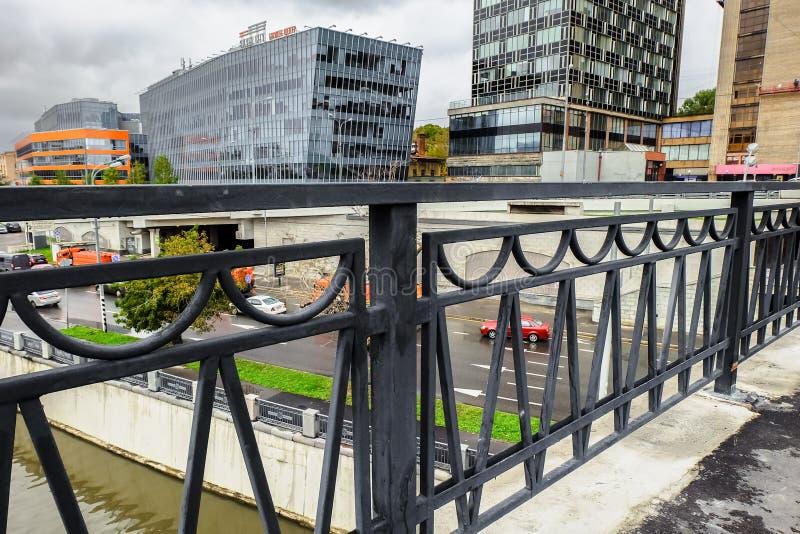 Stedelijk landschap op regenachtige dag Mening over de commerciële centra van de brug Visokoyauzskiy, Moskou de stad in, Rusland stock foto