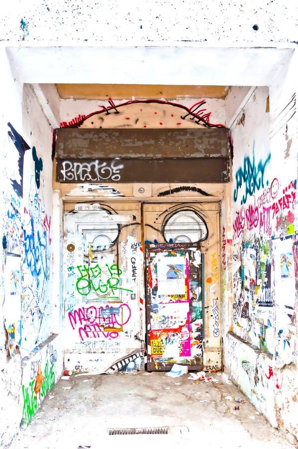 Stedelijk muur en deurhoogtepunt van graffiti in Berlijn, Duitsland stock afbeelding