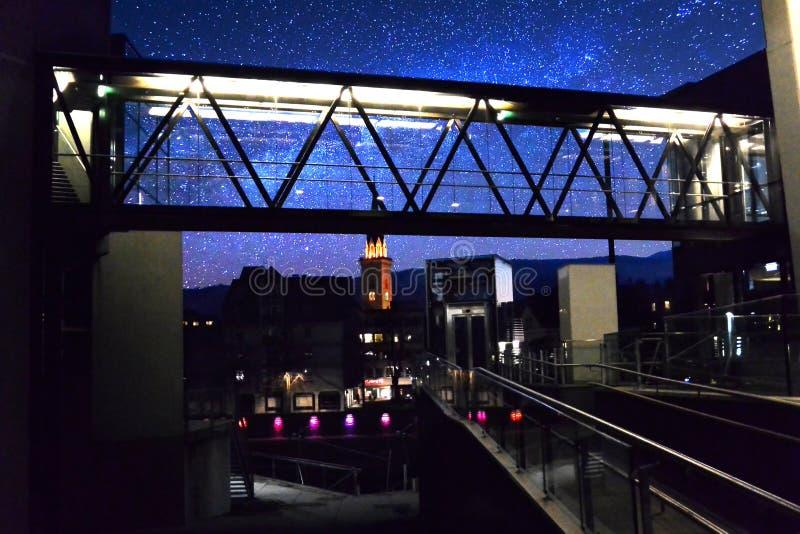 Stedelijk Nachtleven met mooie Hemel stock afbeeldingen
