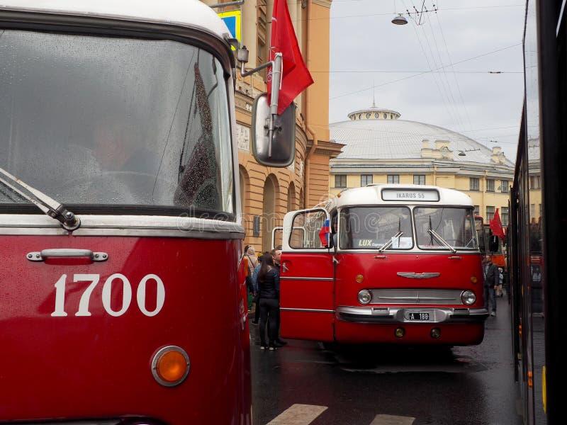Stedelijk openbaar retro vervoer op de straat stock afbeelding
