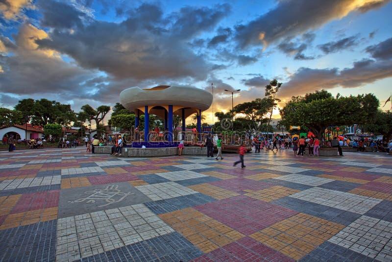 Stedelijk park bij zonsondergang met kleurrijke voorgrond, Esteli, Nicaragua, Midden-Amerika stock afbeelding