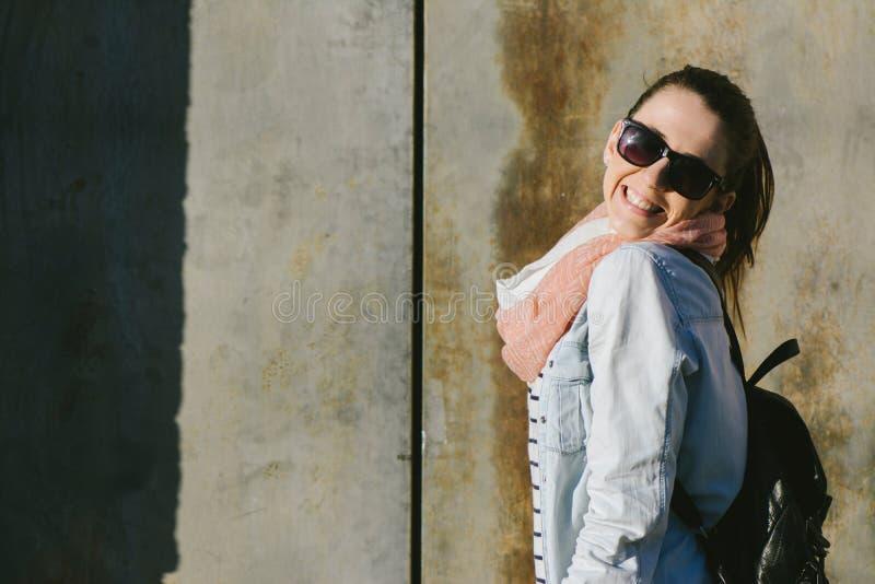 Stedelijk portret die van vrouw die zonnebril dragen, bij camer glimlachen stock foto