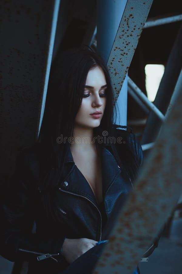 Stedelijk portret Mooi meisje in het jasje van het bustehouderleer met mooi royalty-vrije stock fotografie