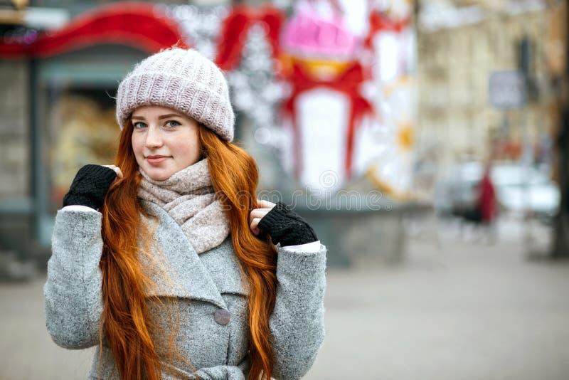 Stedelijk portret van leuk gembermodel met het lange haar warm dragen royalty-vrije stock foto's