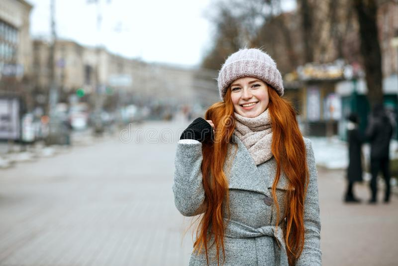 Stedelijk portret van positieve gembervrouw met lang haar die w dragen stock foto's