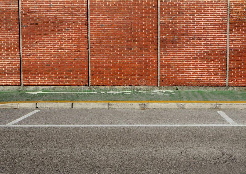 Stedelijke Achtergrond Groene fietssteeg tussen een bakstenen muur en de straat royalty-vrije stock fotografie