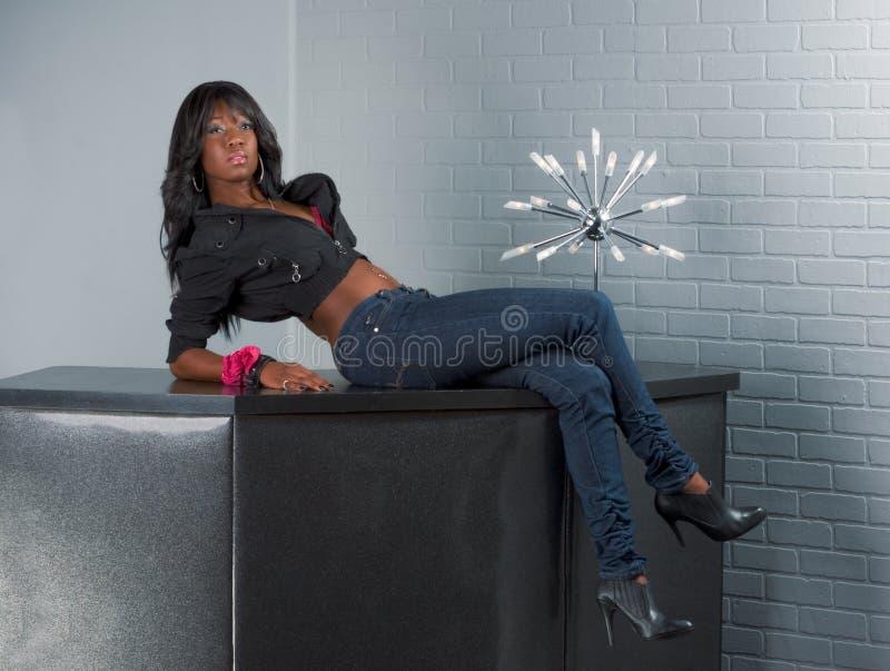Stedelijke Afrikaanse Amerikaanse vrouw die op lijst ligt royalty-vrije stock fotografie