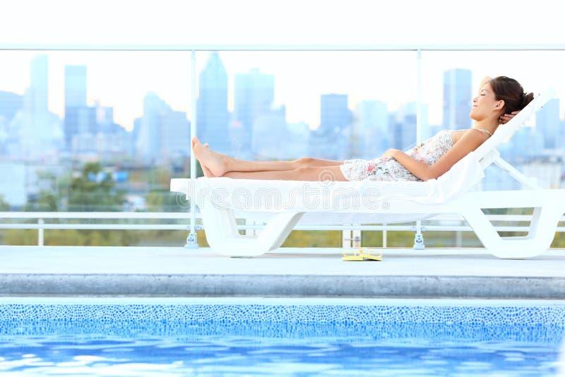 Stedelijke de levensstijlvrouw van de luxestad royalty-vrije stock afbeelding
