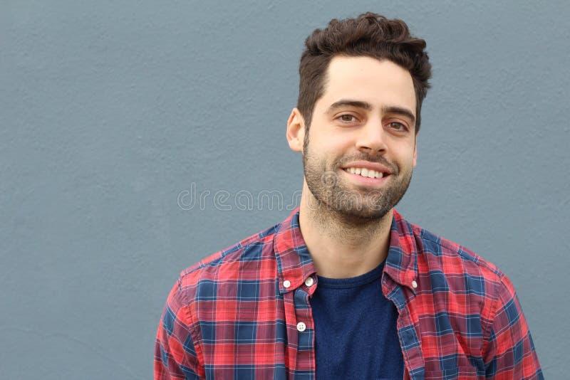 Stedelijke dichte omhooggaand van de smiley jonge mens met exemplaarruimte stock foto's