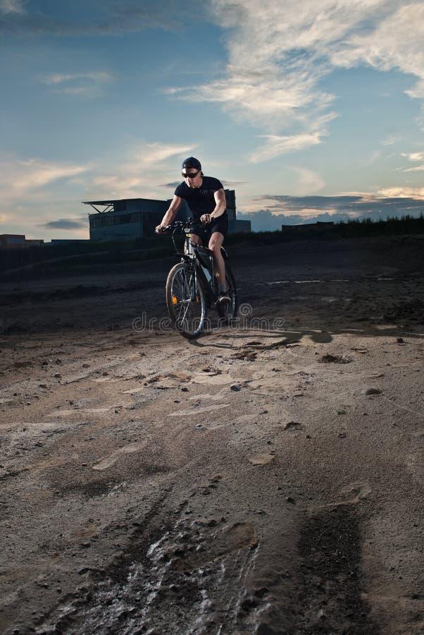 Stedelijke fietser stock afbeelding