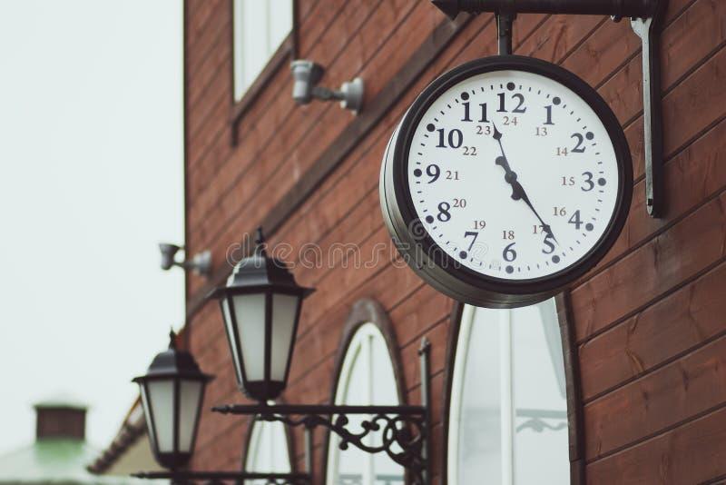 Stedelijke historische architectuur met uitstekende klok in straat in Londen stock foto