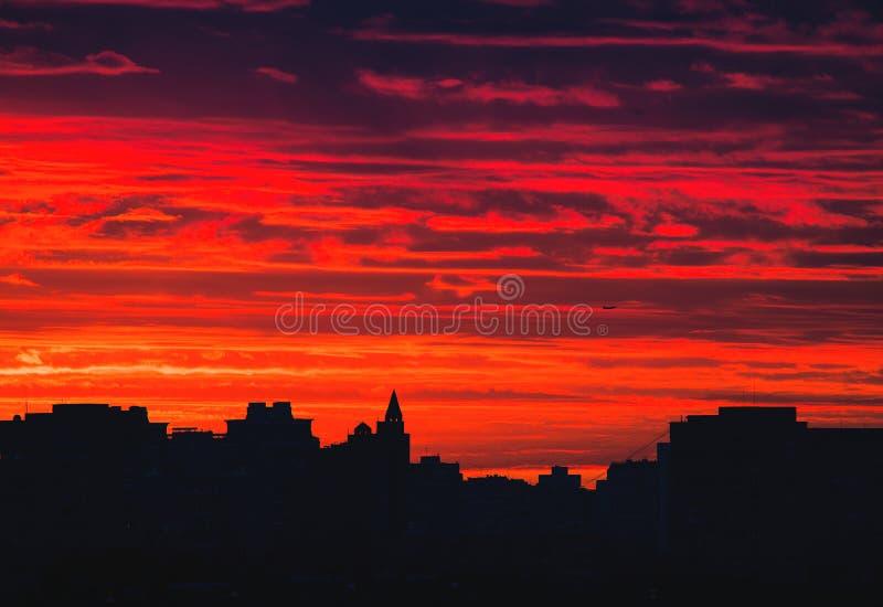 Stedelijke horizon bij zonsopgang stock foto's