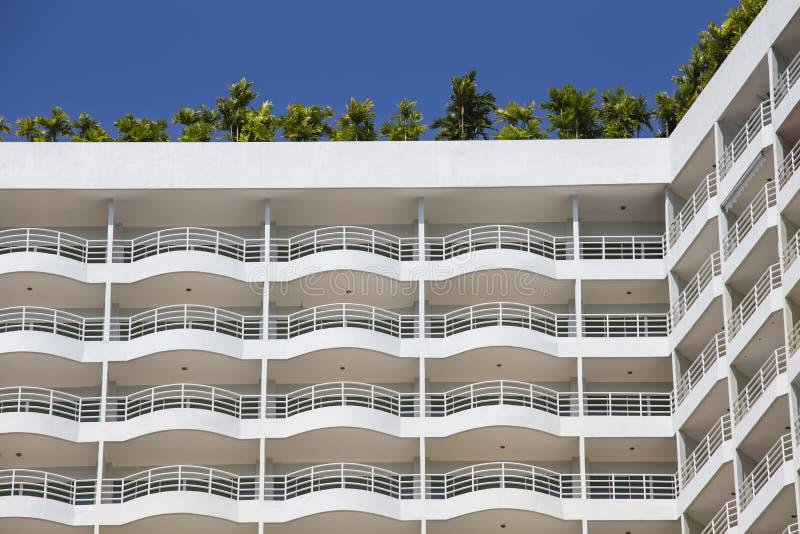 Stedelijke huis of de bouw, voorgevelpatroon en palmen op het dak royalty-vrije stock fotografie