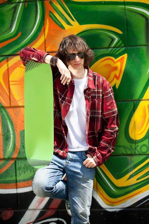 Stedelijke jongen met skateboard stock afbeeldingen