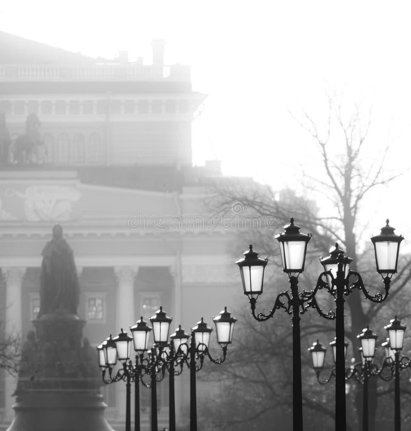 Stedelijke lampposten in zwart-wit stock foto