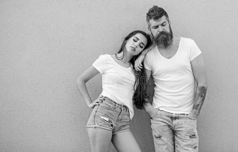 Stedelijke manier Modetrend comfortabele eenvoudige kleding voor de mens en vrouw Paar grijze achtergrond Stedelijke Levensstijl royalty-vrije stock afbeeldingen