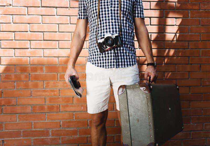 Stedelijke mens, die onderaan de straat, dragende koffer lopen royalty-vrije stock afbeeldingen