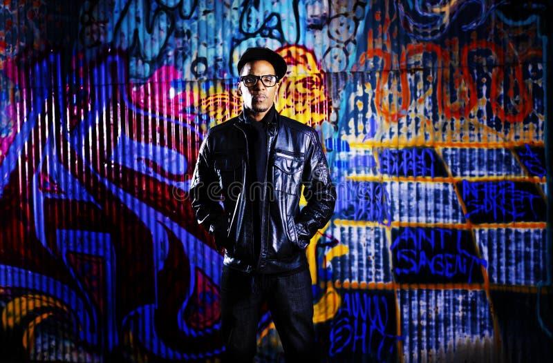 Stedelijke mens voor graffitimuur. royalty-vrije stock afbeeldingen