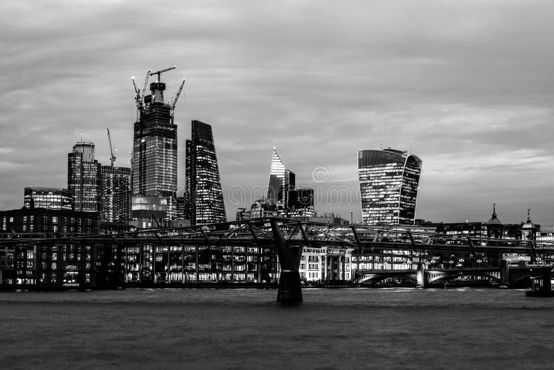 Stedelijke nachtspruit van de Stad van Londen met de Rivier van Theems, de moderne gebouwen en de Milenium-Brug stock fotografie