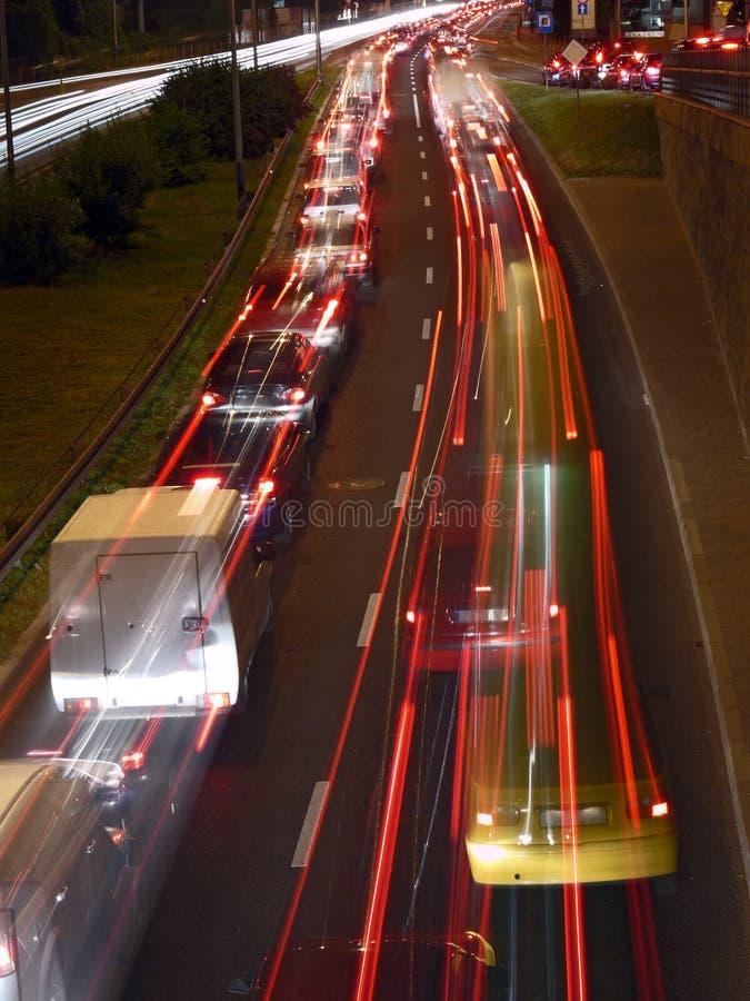 Stedelijke nachtverkeerslichten stock foto's