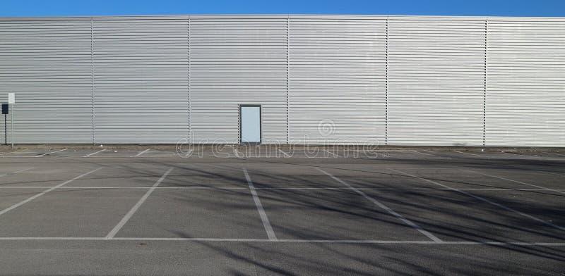 Stedelijke ruimte als achtergrond en exemplaar Leeg parkeren voor een modern gebouw van de aluminiumbekleding stock afbeelding