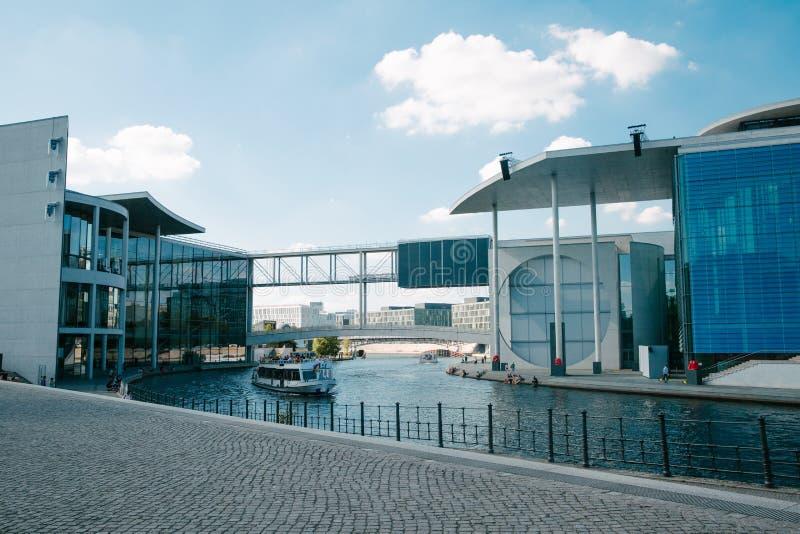 stedelijke scène met Fuifrivier die tussen de bouw Paul-kwab-Haus en de bouw marie-Elisabeth-Lders-Haus in Berlijn, Duitsland ove stock foto