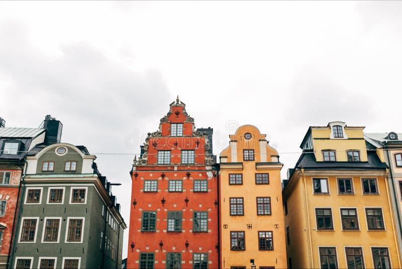 stedelijke scène met mooie kleurrijke gebouwen in oude stad van royalty-vrije stock afbeeldingen