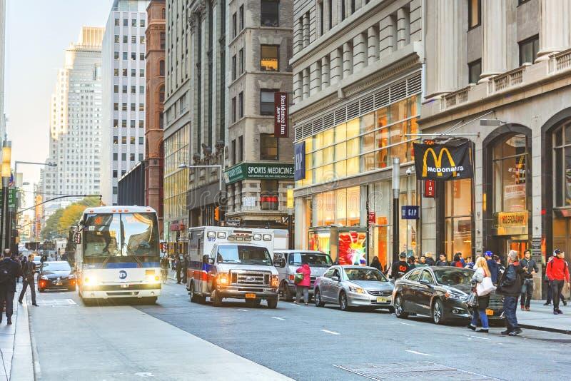 Stedelijke scène in New York met opstopping en voetgangers stock fotografie