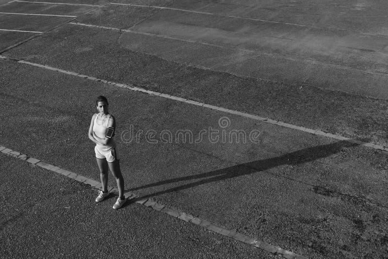 Stedelijke sportieve vrouw die na het exeercising rusten royalty-vrije stock afbeeldingen