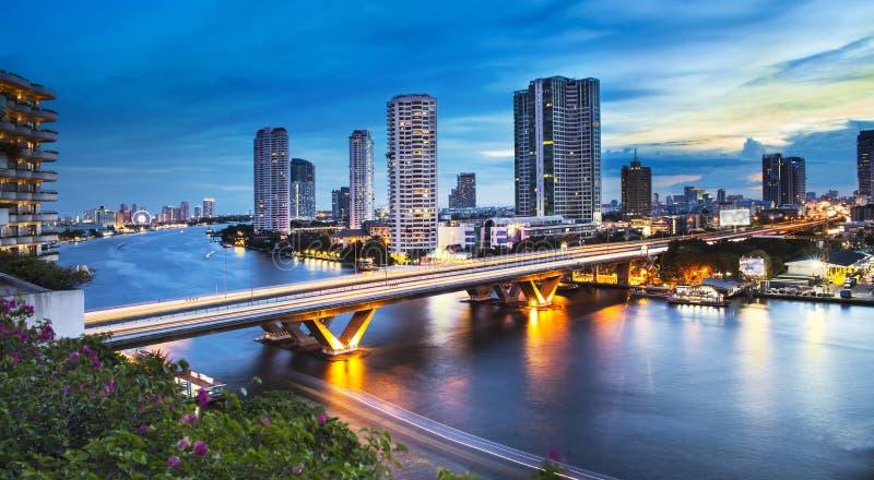 Stedelijke Stadshorizon, Chao Phraya River, Bangkok, Thailand stock foto's