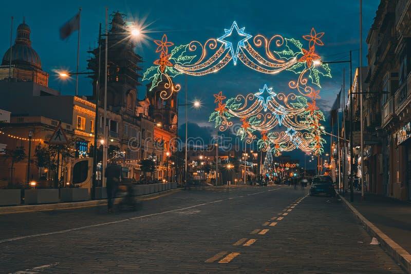 Stedelijke straat met Kerstmisverlichting Van Kerstmislichten en mensen het lopen royalty-vrije stock fotografie