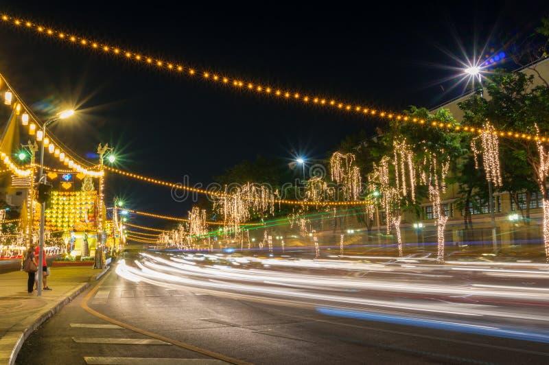 Stedelijke weg met lichte slepen van auto's bij nacht stock afbeelding