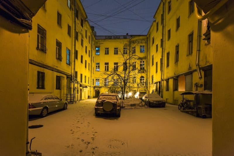 stedelijke werf in de stad van St. Petersburg in nachtsneeuwval royalty-vrije stock afbeeldingen