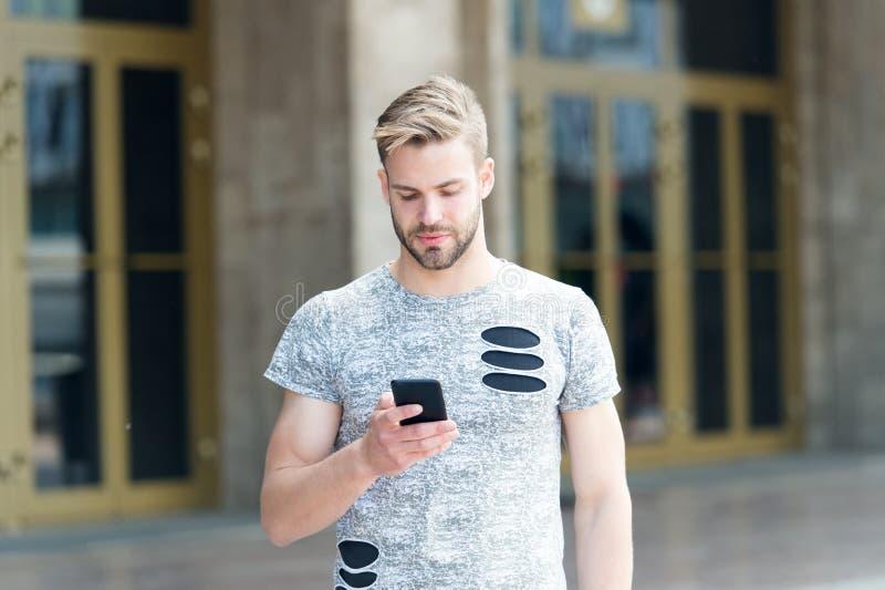Stedelijke wifidekking Downloadtoepassing Smartphone van de mensengreep de bouwachtergrond Online smartphone van het mensenoverse royalty-vrije stock afbeeldingen