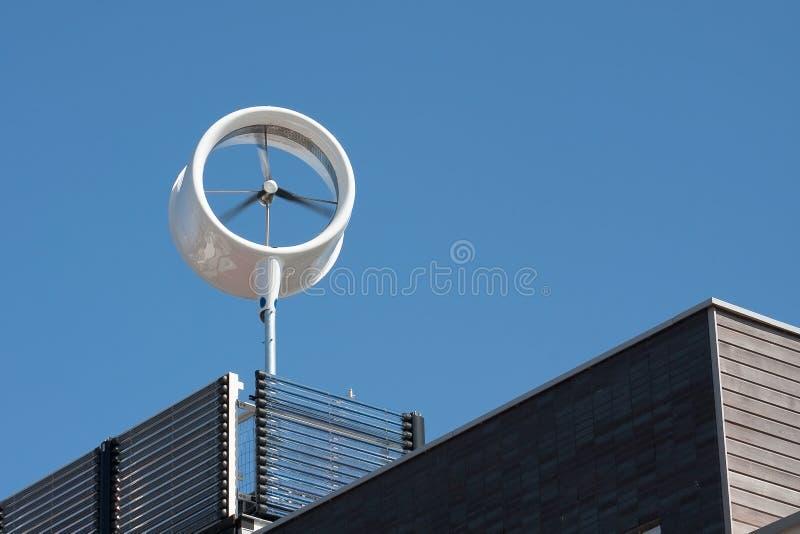 Stedelijke windturbine stock afbeelding