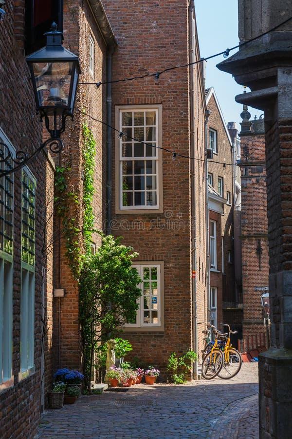 Steeg in de historische oude stad van Nijmegen, Nederland royalty-vrije stock foto's
