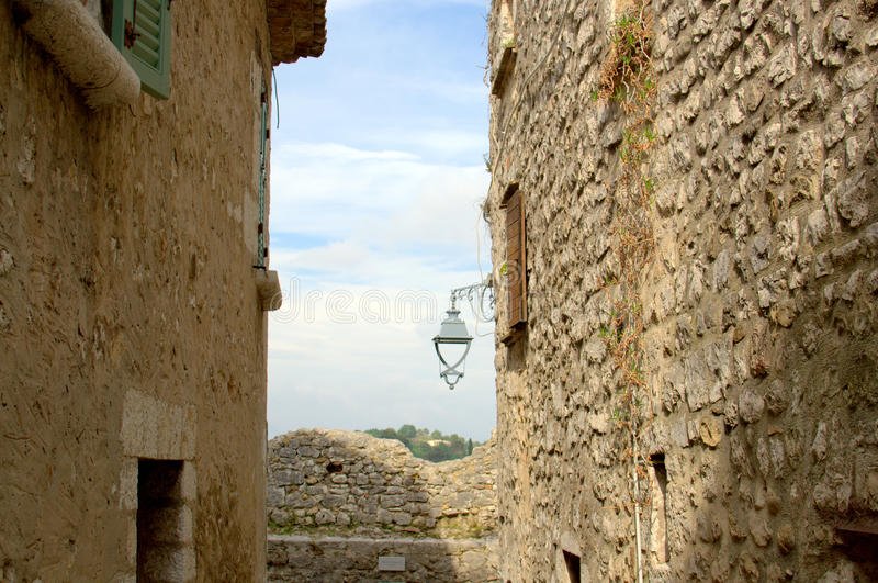 Steeg in een historisch dorp stock afbeelding