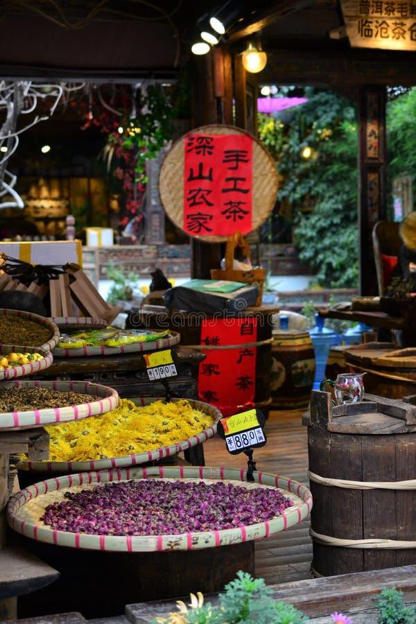 Steeg en straten in Oude stad van Lijiang, Yunnan, China met traditionele Chinese architectuur stock afbeeldingen