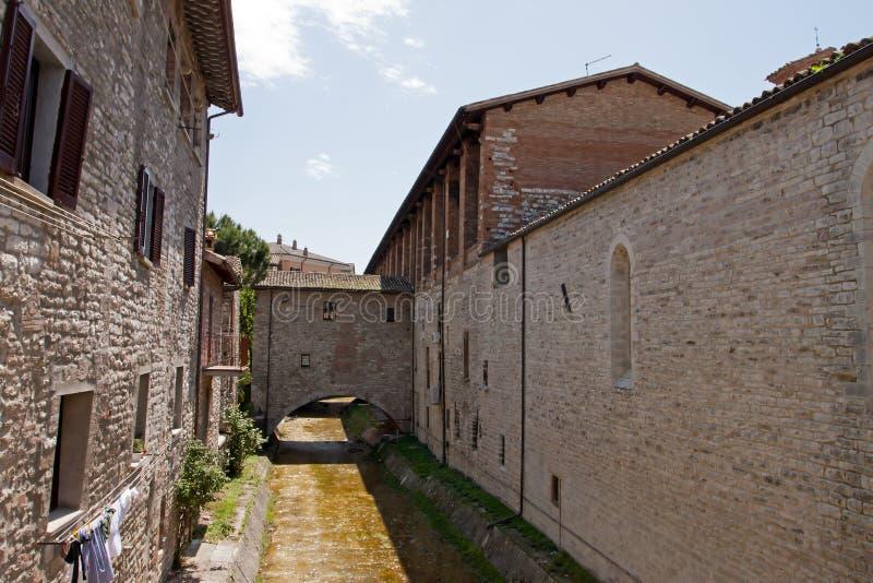 Steeg in het historische centrum van Gubbio stock fotografie
