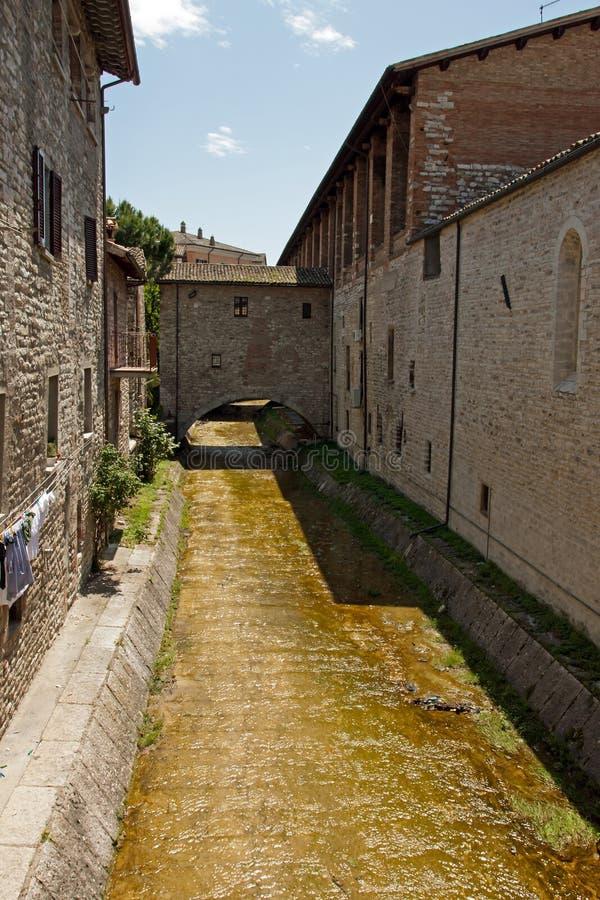 Steeg in het historische centrum van Gubbio royalty-vrije stock fotografie