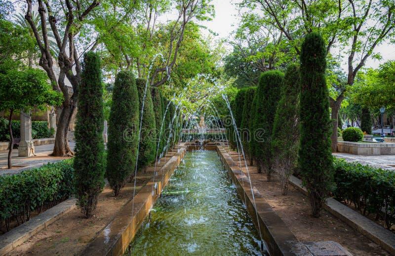 Steeg met fonteinen in het Park stock foto