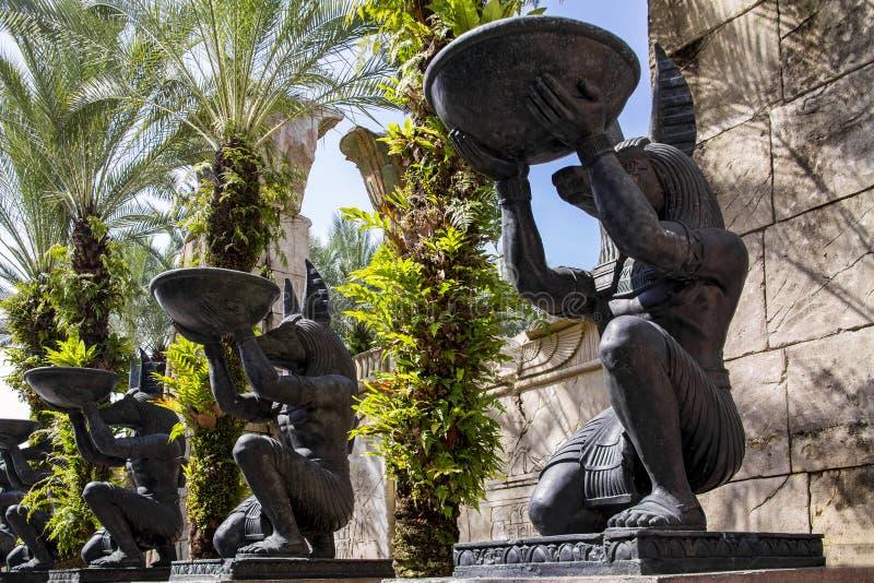 Steeg met grote identieke steenstandbeelden van de Egyptische God Anubis op een de zomer zonnige dag stock fotografie