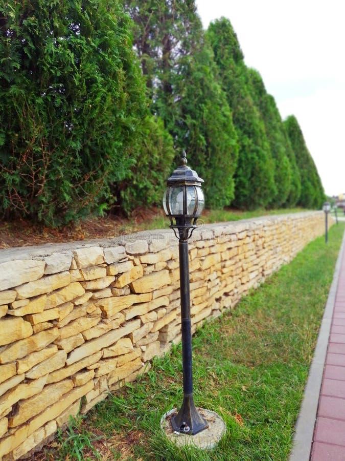 Steeg met lantaarns Tui en de steen perken het park in stock foto's